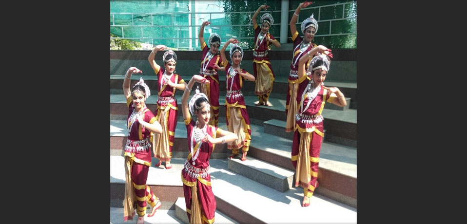 school with amphitheatre,the image shows the students of gd goenka giving pose in dance.