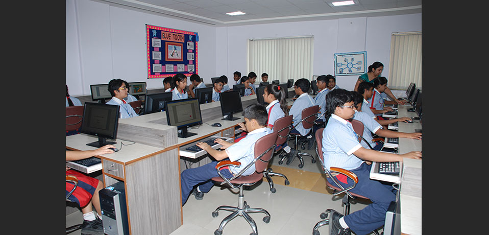 the image shows students are doing practical work in computer lab,best cbse school in delhi