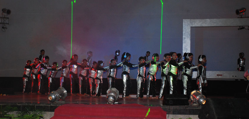 the image shows the students are performing dance on occasion of republic day,best school in delhi
