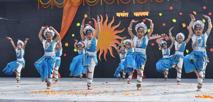 best school in extra curricular activities,students are performing dance on school stage