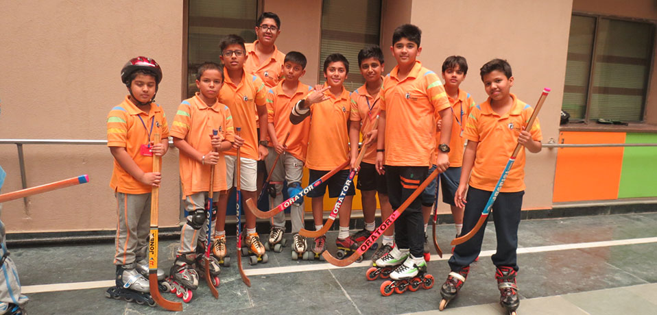 best priavte school in sports,team of roller hockey giving pose
